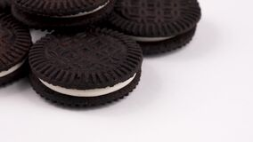 巧克力与在白色背景隔绝的奶油的薄酥饼曲奇饼特写镜头  转动在轮桌上 普遍的素食主义者点心 股票录像