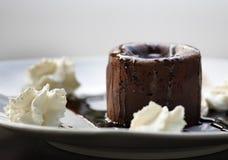 巧克力与奶油的蛋白牛奶酥蛋糕 库存图片