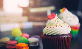 巧克力与心脏的华伦泰杯形蛋糕 库存照片
