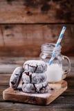 巧克力与搽粉的糖结冰的皱纹曲奇饼圣诞节的 免版税库存照片