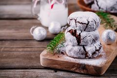 巧克力与搽粉的糖结冰的皱纹曲奇饼圣诞节的 库存图片
