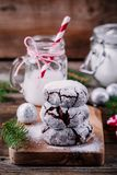 巧克力与搽粉的糖结冰的皱纹曲奇饼圣诞节的 库存照片
