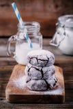 巧克力与搽粉的糖结冰的皱纹曲奇饼圣诞节的 免版税库存图片