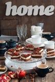 巧克力与石榴服务的饼干蛋糕在欢乐T 免版税库存照片