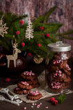 巧克力与被击碎的棒棒糖的圣诞节曲奇饼 免版税图库摄影