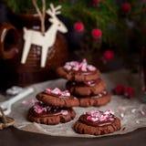 巧克力与被击碎的棒棒糖的圣诞节曲奇饼 免版税库存图片
