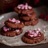 巧克力与被击碎的棒棒糖的圣诞节曲奇饼 库存图片