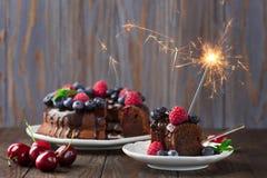 巧克力与闪烁发光物的莓果蛋糕 库存图片