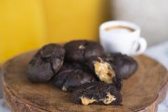 巧克力与macchiato的焦糖曲奇饼 免版税库存照片