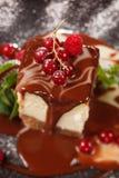 巧克力乳酪蛋糕用浆果 免版税图库摄影