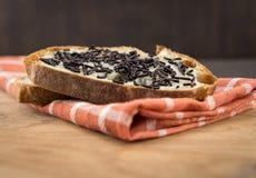 巧克力低角度在面包洒 图库摄影
