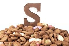 巧克力信件和姜坚果,在12月的5日荷兰甜点 免版税库存图片