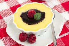 巧克力冠上香草的乳蛋糕莓 免版税库存图片