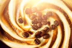 巧克力冰淇凌用咖啡豆 夏天食物概念,拷贝空间,顶视图 被挖出的纹理 舀出褐色 库存图片