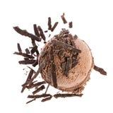 巧克力冰淇淋瓢用巧克力在白色背景洒隔绝 库存照片
