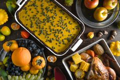 巧克力南瓜饼、火鸡、蔬菜和水果 库存图片