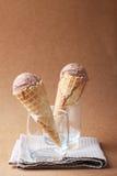 巧克力味道在一块玻璃的冰淇凌夫妇在表面无光泽的b 免版税库存照片