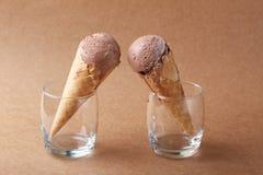 巧克力味道在一块玻璃的冰淇凌夫妇在表面无光泽的b 库存图片