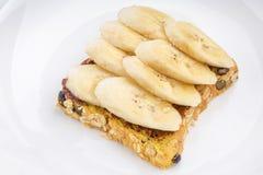 巧克力和切的香蕉在开放全麦三明治面包 免版税库存照片