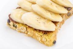 巧克力和切的香蕉在开放全麦三明治面包 库存照片
