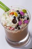 巧克力和咖啡与打好的奶油的拿铁饮料 库存照片
