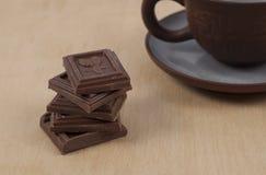 巧克力和咖啡在木背景的浓咖啡 免版税图库摄影