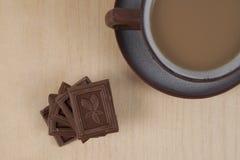 巧克力和咖啡在木背景的浓咖啡 免版税库存照片