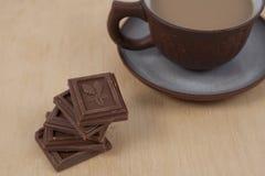 巧克力和咖啡在木背景的浓咖啡 库存照片