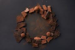 巧克力和块菌的各种各样的类型的安排与可可粉灰色表面上 库存照片