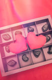 巧克力和心脏在红色背景 夫妇日例证爱恋的华伦泰向量 库存图片