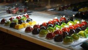 巧克力和果冻点心富有的品种在面包点心店橱窗里  免版税图库摄影