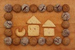 巧克力和榛子与议院标志的曲奇饼框架 免版税库存照片