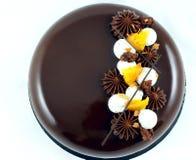 巧克力和橙色蛋糕与巧克力ganache星和被鞭打的奶油色顶视图 免版税库存照片