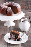 巧克力和红葡萄酒圆环蛋糕 免版税库存照片