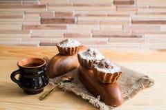 巧克力和香草杯形蛋糕的构成与糖粉末的茶时间的 自创酥皮点心概念 星状金属饼干f 免版税库存图片