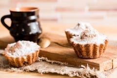 巧克力和香草杯形蛋糕的构成与糖粉末的茶时间的 自创酥皮点心概念 星状金属饼干f 免版税图库摄影