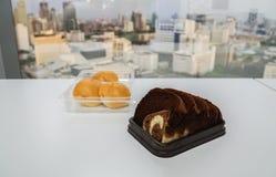 巧克力和黄油切了面包用在办公室桌上的甜小圆面包 图库摄影