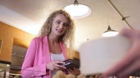 巧克力商店的妇女买手工制造甜点的 股票录像