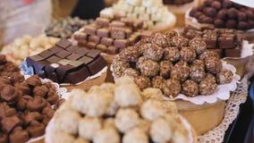 巧克力商店 与手工制造甜点特写镜头的架子 股票录像