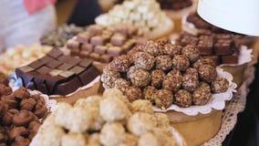 巧克力商店 与手工制造甜点特写镜头的架子 影视素材
