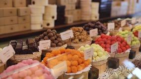 巧克力商店 在架子的巧克力甜点在商店 股票录像