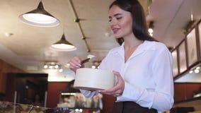 巧克力商店 女性卖主在糖果店商店 影视素材