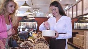 巧克力商店 妇女买的巧克力甜点在商店 股票视频