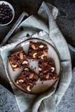 巧克力喘气了奎奴亚藜酒吧用被冰冻干燥的黑醋栗、糖煮的番木瓜、腰果、杏仁和蔓越桔 免版税库存照片
