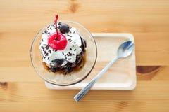 巧克力圣代冰淇淋冰淇凌服务与纯奶油和樱桃 库存图片