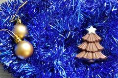 巧克力圣诞树形状显示与闪亮金属片和金黄圣诞节装饰 库存图片