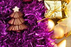 巧克力圣诞树形状显示与闪亮金属片和金黄圣诞节装饰 库存照片