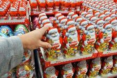 巧克力圣诞老人在商店 免版税库存照片