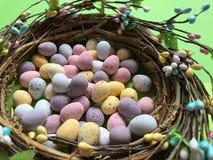 巧克力在一个手工制造复活节花圈的复活节彩蛋 免版税库存照片