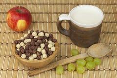 巧克力在一个碗的谷物球竹子 健康早餐用果子和牛奶 充分饮食能量和纤维运动员的 库存照片
